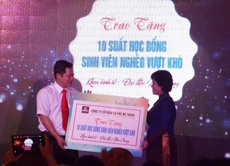 Trao 10 suất học bổng dành cho sinh viên nghèo vượt khó của trường ĐH Nha Trang