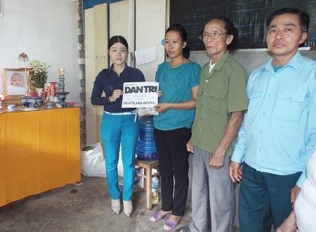 Đại diện UBND xã Phước Đồng (TP Nha Trang, Khánh Hòa) trao đến chị Hương số tiền 60.670.000 đồng, được bạn đọc ủng hộ trong tuần 1 tháng 10/2015
