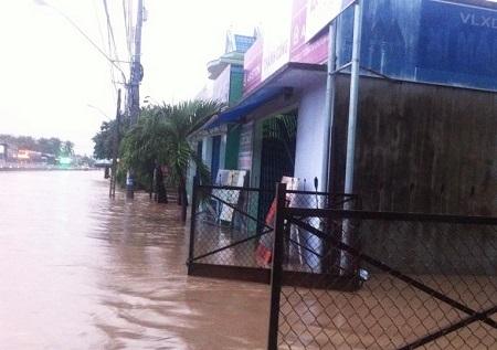 Nhà dân ven Quốc lộ 1A đoạn qua tổ dân phố Hòa Bình, phường Cam Nghĩa (TP Cam Ranh, Khánh Hòa) bị nhấn chìm trong nước