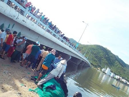 Hiện trường nơi xảy ra vụ việc dưới cầu Bình Tân (TP Nha Trang)