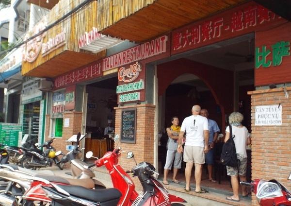 Một nhà hàng với tiếng Trung Quốc được quảng cáo rất to và được làm nổi bật ở phố Tây Nha Trang