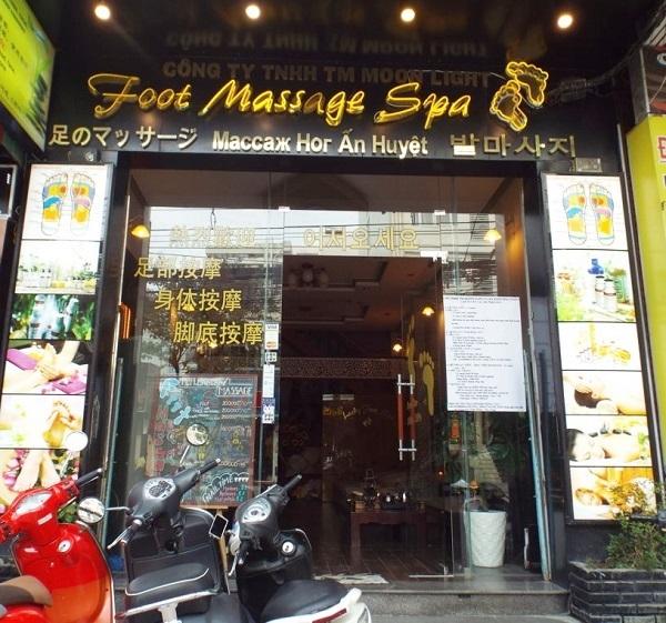 Rất khó để tìm ra tiếng Việt, ngoại trừ tên doanh nghiệp được ghi rất nhỏ ở phía Trên. Tiếng Trung Quốc được ghi nổi bật ở phía trái cánh cửa