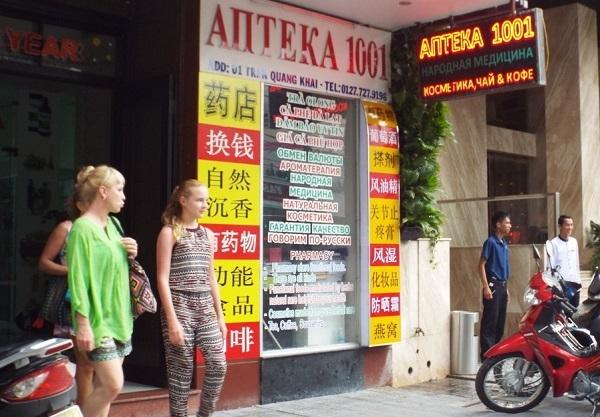 Tiếng Trung Quốc được ghi nổi bật và to hơn cả Tiếng Việt