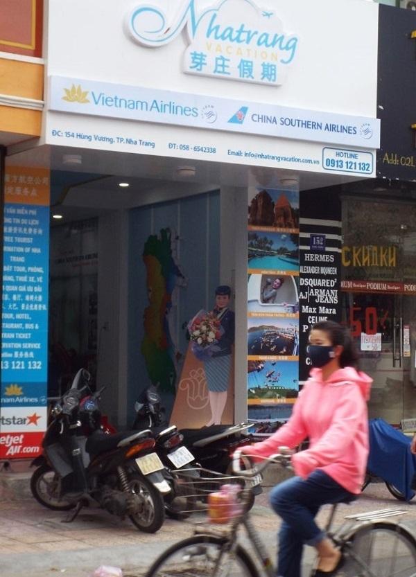 Một cửa hàng kinh doanh ngập tràn tiếng Trung Quốc