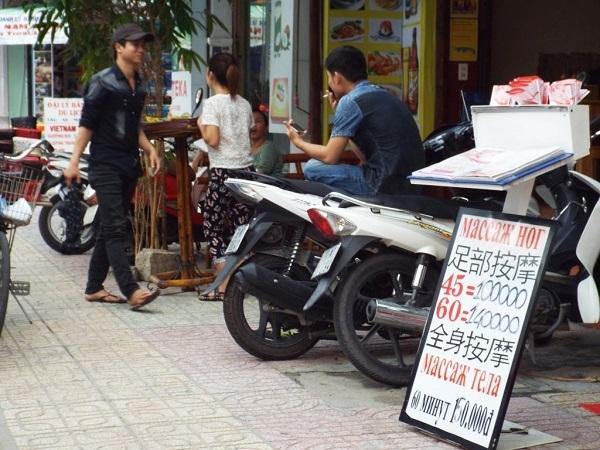 Đi trên đường phố Nha Trang nhưng người ta rất khó để tìm thấy tiếng Việt trên các biển tiếp thị, quảng cáo kiểu như thế này. Tiếng Trung Quốc được ghi công khai, còn Tiếng Việt thì không như thế?