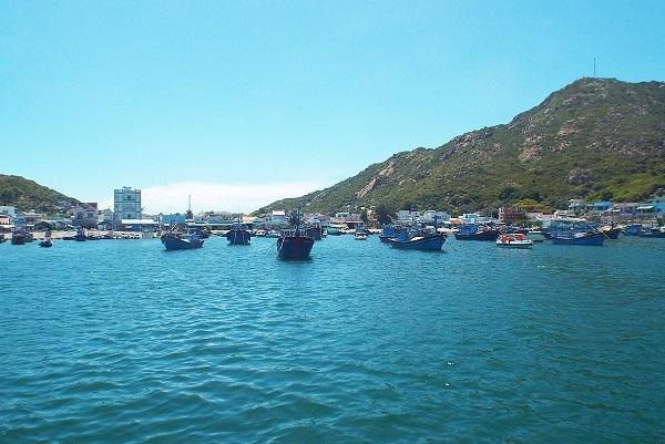 Đảo Bình Ba nằm trên Vịnh Cam Ranh, tỉnh Khánh Hòa. Đảo có diện tích 3km2, dân số khoảng 5.000 người, đa phần làm nghề chài lưới, nuôi tôm hùm.