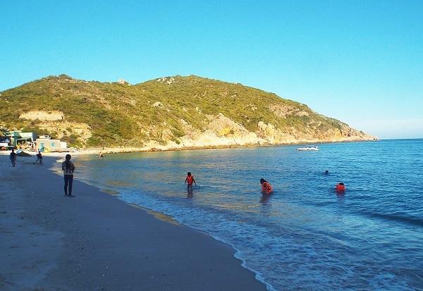 Bình Ba hút hồn du khách với các bãi biển hoang sơ, bình yên, sạch sẽ. Thật khó để kiếm được một nơi dừng chân đem đến cảm giác thanh thản, nhẹ nhàng như Bình Ba