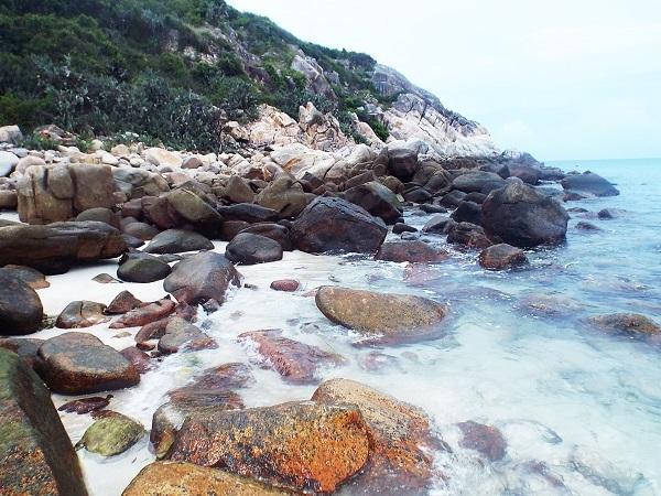 Bình Ba nức tiếng với 3 bãi biển đẹp là: Bãi Nồm (cát trắng, nơi du khách tắm), bãi Chướng (nhiều đá, nước trong) và bãi Nhà Cũ.