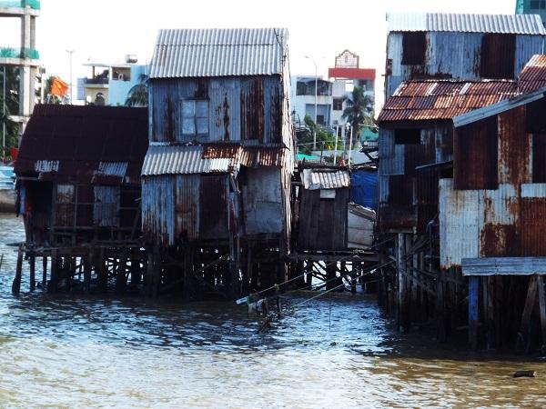Người dân ở đây làm nghề chài lưới ở cửa sông nên họ đã làm những căn nhà chồ tạm bợ để sinh sống qua ngày. Đây là kiểu nhà được làm theo kiểu nhà sàn, đóng cột gỗ xuống nền đất của lòng sông, phía trên lát bằng ván ép, cách mặt nước chừng 1,5- 2m. Hầu hết các căn nhà đều chật hẹp, diện tích chỉ từ 15 - 20 mét vuông, nhưng có đến 5, 6 người ở.