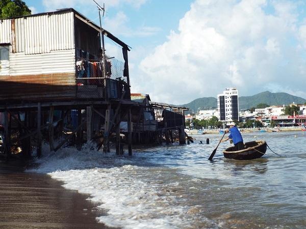 Do sinh sống ở gần cửa sông, những lúc có bão, thủy triều dâng cao đã đánh sập nhiều căn nhà chồ của người dân. Cuối năm ngoái, khu nhà chồ này đã có hàng loạt căn nhà bị sóng đánh sập, người dân lâm cảnh màn trời chiếu đất