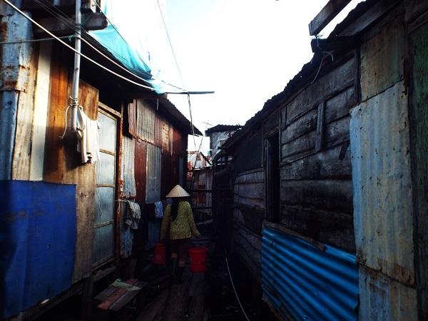 Đi giữa những con đường xóm nhà chồ này, ít ai tin rằng nó lại nằm giữa lòng phố biển Nha Trang giàu có, xa hoa
