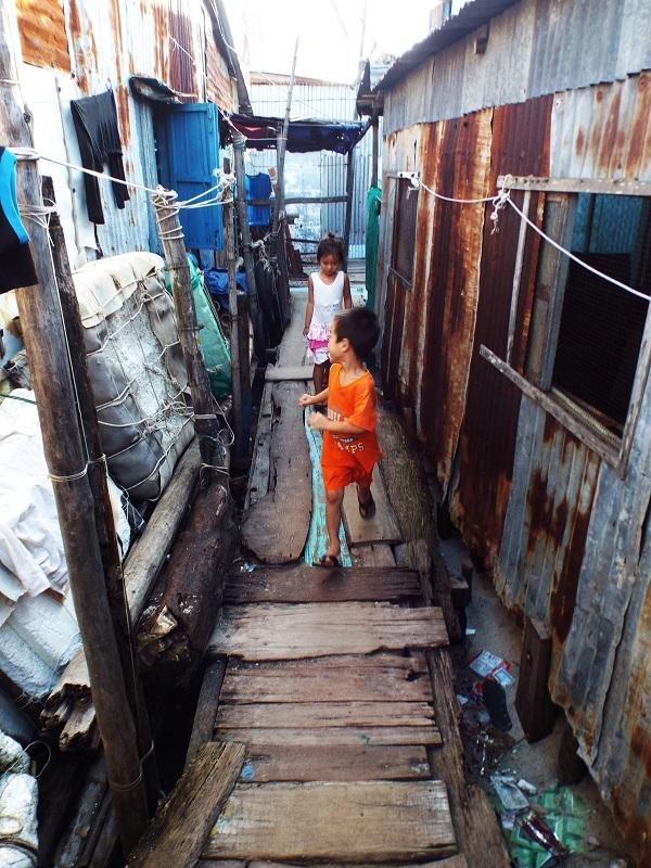 Cuộc sống của những em nhỏ xóm nhà chồ cồn Nhất Trí, Nha Trang. Các em nhỏ không có gì để chơi ngoài trò đuổi bắt men theo các con đường gỗ quanh co, nguy hiểm