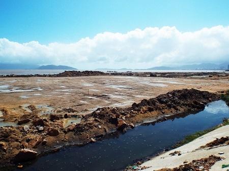 Những khoảng đất rất lớn đã lộ thiên trên mặt nước Vịnh Nha Trang