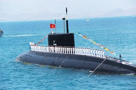 Tàu ngầm lớp Kilo của Việt Nam đang trình diễn trên Vịnh Cam Ranh