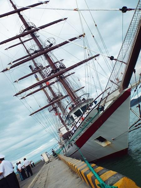 Tàu có 3 cột buồm (cao 40m) với 21 buồm (trong đó 10 buồm ngang), biên chế thủy thủ đoàn 30 người, nhưng tàu được thiết kế cho 80 học viên đi thực tập, huấn luyện đường dài…