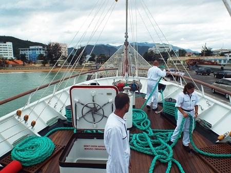 Tại lễ đón tàu buồm Lê Quý Đôn cũng có rất đông các chuyên gia của Ba Lan đi theo, tháp tùng tàu buồm Lê Quý Đôn về Nha Trang, Việt Nam.
