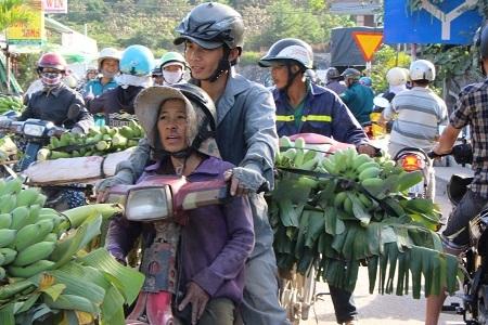 Người dân các vùng phụ cận hối hả mang chuối đến họp chợ chuối cuối năm