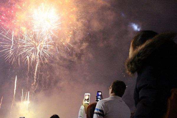 Du khách quốc tế lưu lại hình ảnh pháo hoa đẹp lung linh trên bầu trời Nha Trang