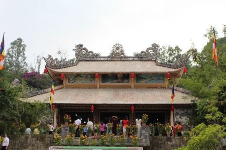 Nhiều người dân đã đổ về chùa Long Sơn, ngôi chùa lớn nhất thành phố để thắp hương cầu an, cầu phúc