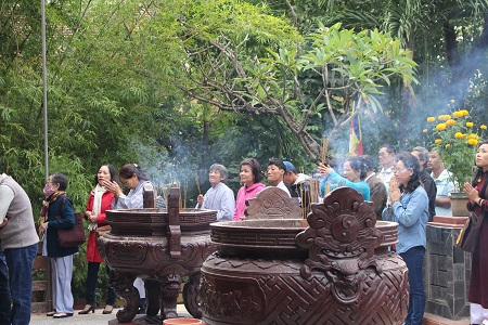 Người dân hành hương ở chùa Long Sơn sáng mùng 1 Tết Bính Thân