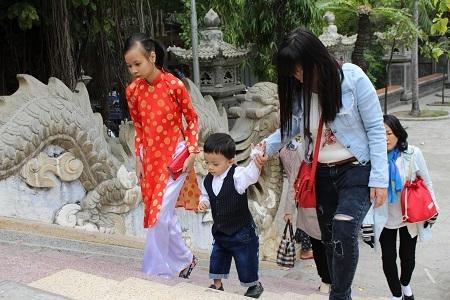Một em bé theo mẹ lên chùa lễ phật
