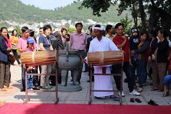 Nghệ nhân Chăm biểu diễn các nhạc cụ truyền thống ở tháp bà Ponagar Nha Trang đầu Xuân Bính Thân