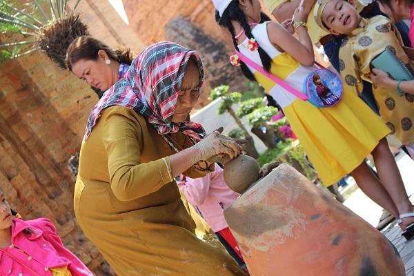Nghệ nhân Chăm biểu diễn làm gốm làm say lòng du khách