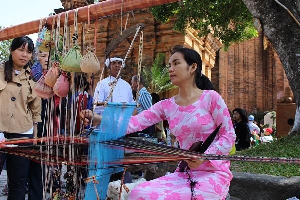 Thiếu nữ Chăm xinh xắn bên khung cửi ở tháp bà Ponagar Nha Trang đầu Xuân mới