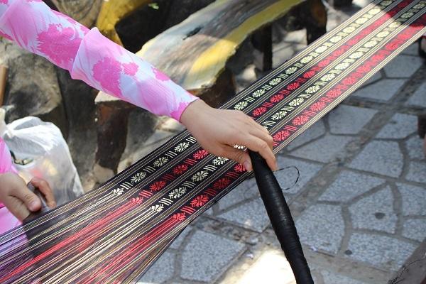 Một sản phẩm thổ cẩm với những đường nét hoa văn tinh tế, sắc sảo dưới bàn tay của thiếu nữ Chăm