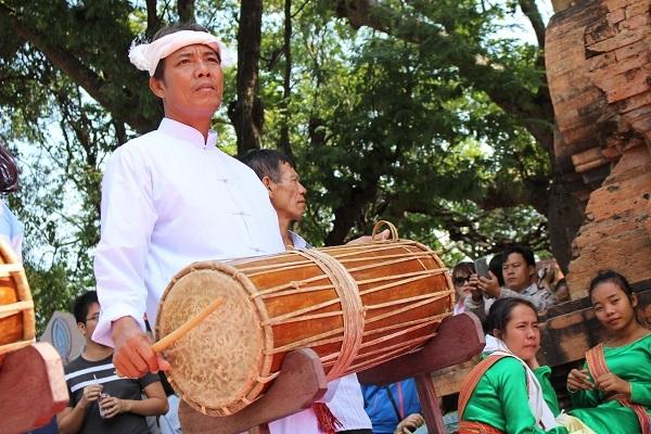 Một nghệ nhân Chăm đang biểu diễn một giai điệu trống Chăm cho du khách. Nét đẹp văn hóa Chăm đã để lại ấn tượng trong lòng du khách khi tham quan tháp bà Ponagar Nha Trang đầu Xuân