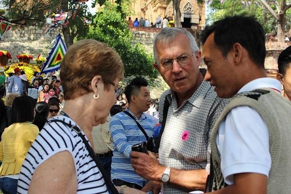 Du khách nước ngoài tham quan ở tháp bà Ponagar Nha Trang, một công trình kiến trúc đền tháp của dân tộc Chăm, được xây dựng từ thế kỷ VIII đến thế kỷ XIII