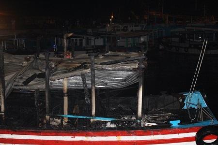 Tàu du lịch H.Đ 02 bị cháy rụi cabin, khoang tàu.