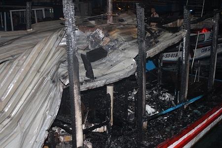 Đám cháy đã được khống chế thành công trước khi lan sang nhiều tàu khác đang neo đậu ở bên cạnh