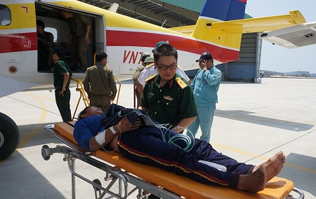 Thủy phi cơ đưa ngư dân Điểm về đất liền cấp cứu