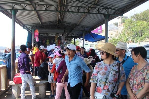Theo ghi nhận, dòng người đổ về tham quan Nha Trang dịp lễ 30/4-1/5 năm nay đa phần là dòng khách đến từ các tỉnh Tây Nguyên, miền Tây Nam Bộ, TP HCM, Hà Nội...