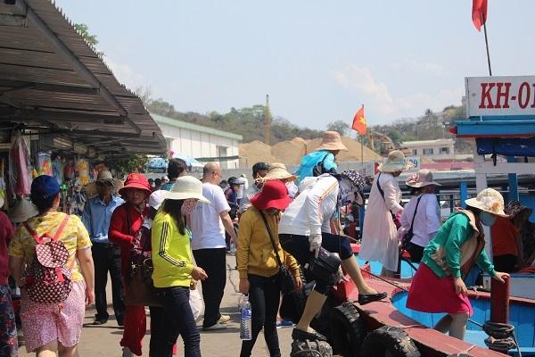 Hàng ngàn du khách tham quan Vịnh Nha Trang ngày đầu nghỉ lễ 30/4 - 6