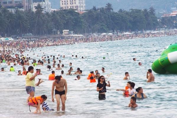 Du khách đến Nha Trang thường lựa chọn tắm biển, một trong những cách xua tan cái nóng ran của mùa hè
