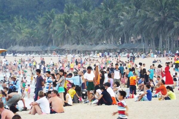 Do lượng du khách tắm biển đông, có những thời điểm các phương tiện giao thông trên đường Trần Phú nối hàng dài, trong khi đó các bãi đậu xe phải từ chối tiếp nhận xe