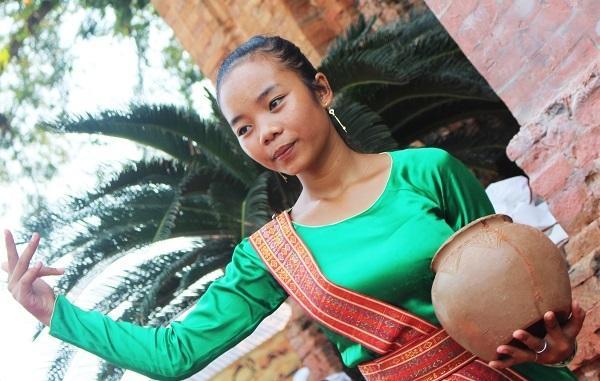 Các thiếu nữ Chăm thường biểu diễn múa hát truyền thống vào các dịp lễ lớn trong năm. Không ít du khách cảm thấy thích thú khi tận mắt xem các thiếu nữ Chăm múa, hát bên tháp cổ
