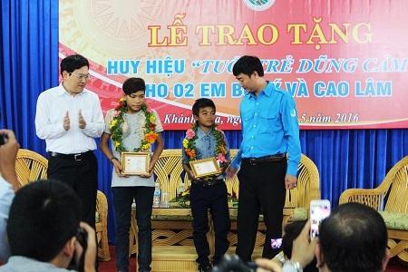 """Lễ trao tặng huy hiệu """"Tuổi trẻ dũng cảm"""" cho 2 cậu bé chăn bò Bo Tý và Cao Lâm, sáng 20/5"""