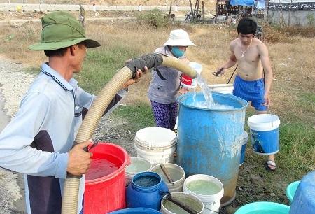 Người dân ở thôn Cát Lợi (xã Vĩnh Lương, TP Nha Trang) được chính quyền điều xe cấp nước giải hạn
