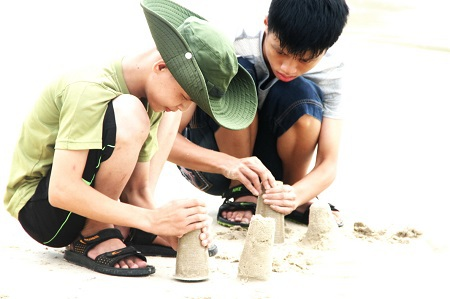 Các em khuyết tật tham gia một hoạt động trên bãi biển
