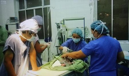 Các bác sỹ Khánh Hòa phẫu thuật hở thành bụng bẩm sinh cho bé