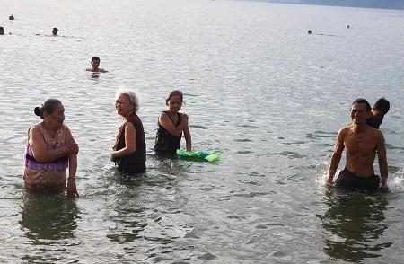 Các cụ già tắm biển để cầu sức khỏe tốt hơn