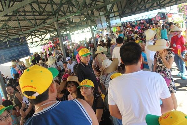 """Hàng ngàn du khách đổ về khiến bến tàu du lịch Nha Trang """"quá tải"""" - 1"""