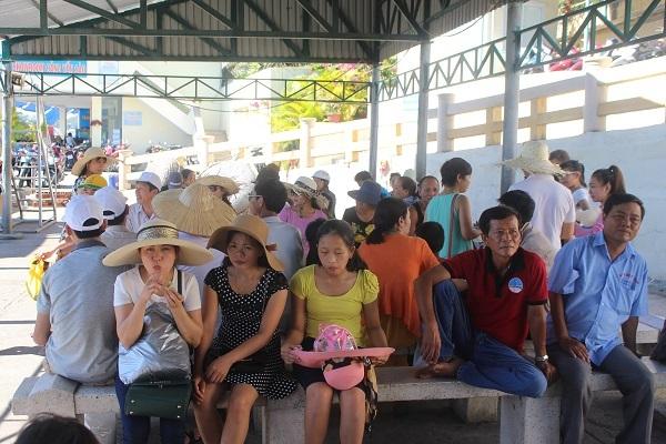 """Hàng ngàn du khách đổ về khiến bến tàu du lịch Nha Trang """"quá tải"""" - 2"""