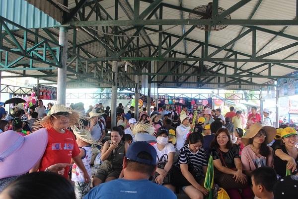 Nhà khách bến tàu du lịch Nha Trang gần như quá tải do khách đông đột biến, sáng ngày 15/6