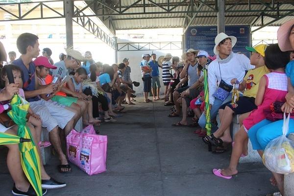 """Hàng ngàn du khách đổ về khiến bến tàu du lịch Nha Trang """"quá tải"""" - 4"""