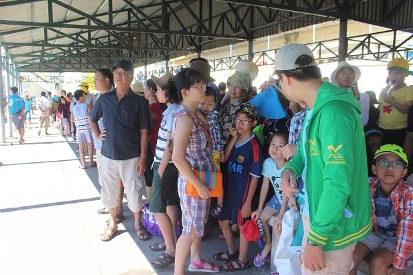 """Hàng ngàn du khách đổ về khiến bến tàu du lịch Nha Trang """"quá tải"""" - 5"""