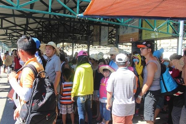 Sáng 15/6, hàng ngàn du khách đến bến tàu du lịch Cầu Đá (TP Nha Trang) để tham quan Vịnh Nha Trang